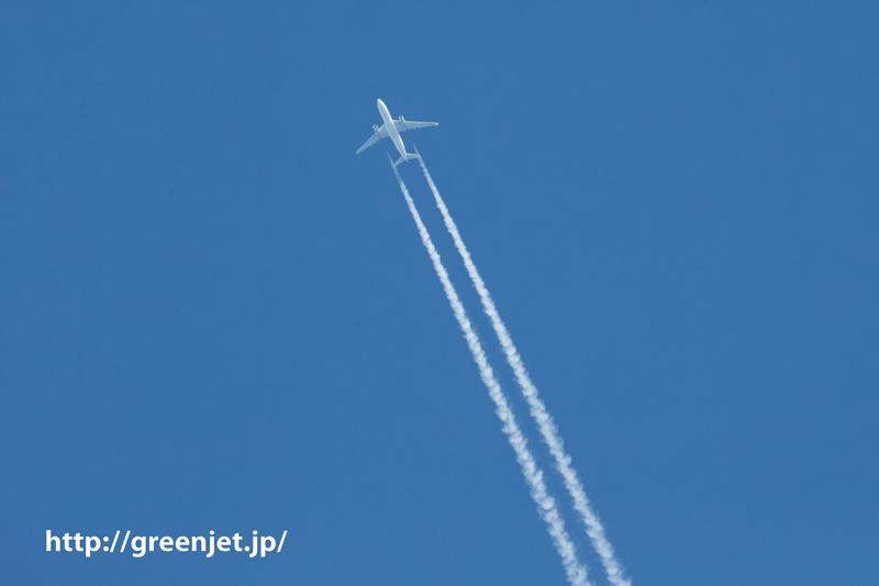 羽田空港の上空 見上げたらコントレール(飛行機雲)