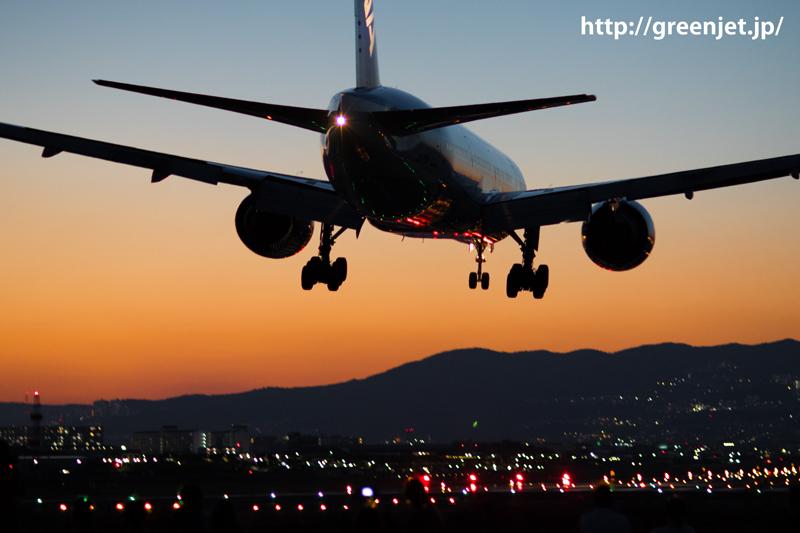 夕焼けをバックに伊丹空港 RWY32LへファイナルアプローチするANAのボーイング777