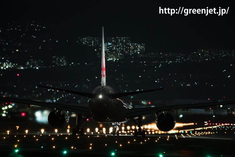 伊丹空港 千里川土手より RWY32Lにて離陸許可待ちの飛行機