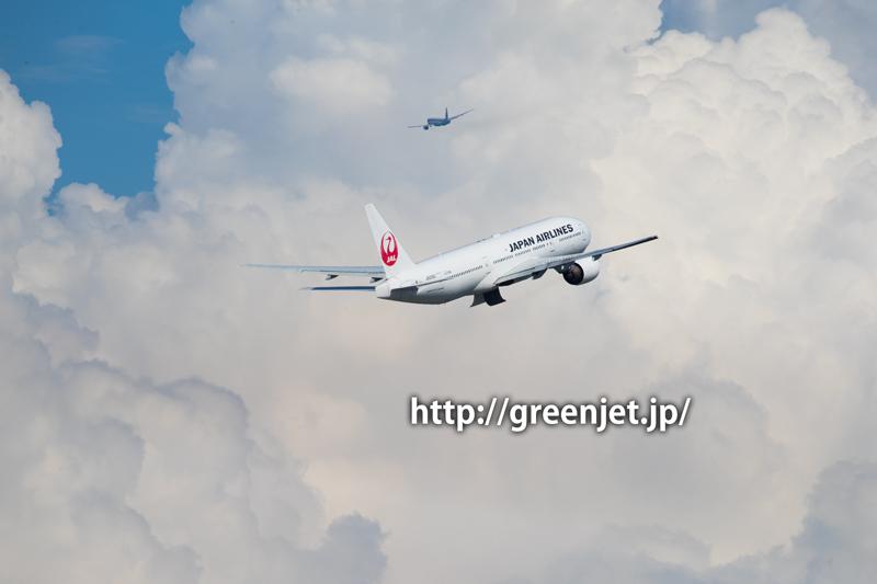 入道雲とJALのボーイング777-289