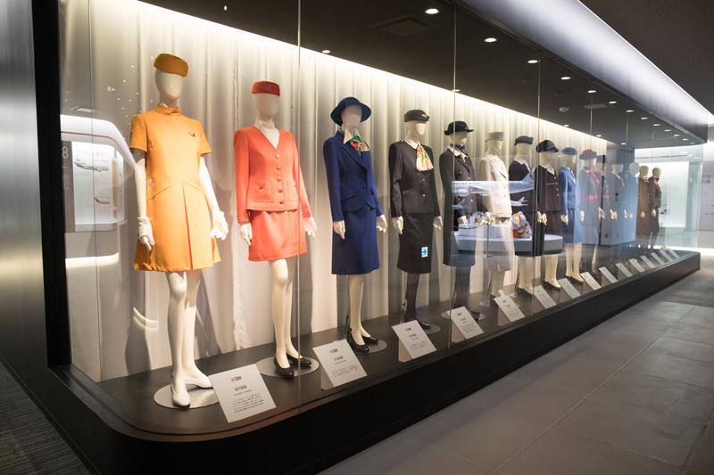 JALの工場見学にて 展示エリアの歴代CA制服展示
