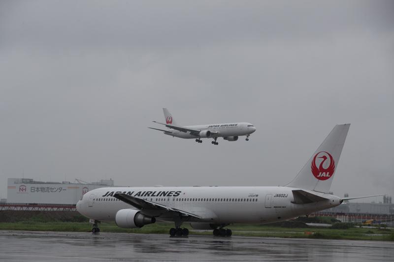 JALの工場見学にて 格納庫から羽田のRWY34Lに着陸するボーイング767とRWY05に向けてタキシングするボーイング767のコラボを撮影