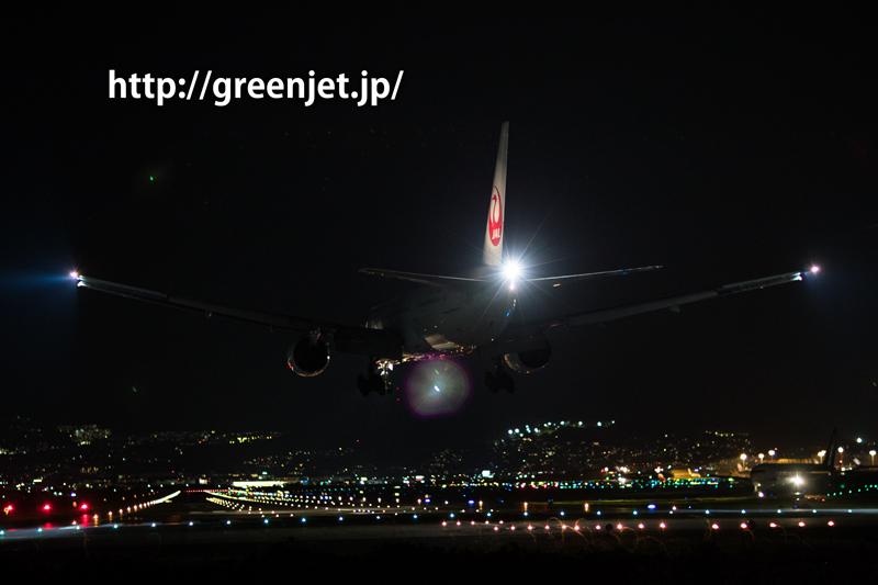 伊丹空港 千里川土手より RWY32L へファイナルアプローチする飛行機を85mm単焦点レンズの絞りほぼ開放で捕らえたショット