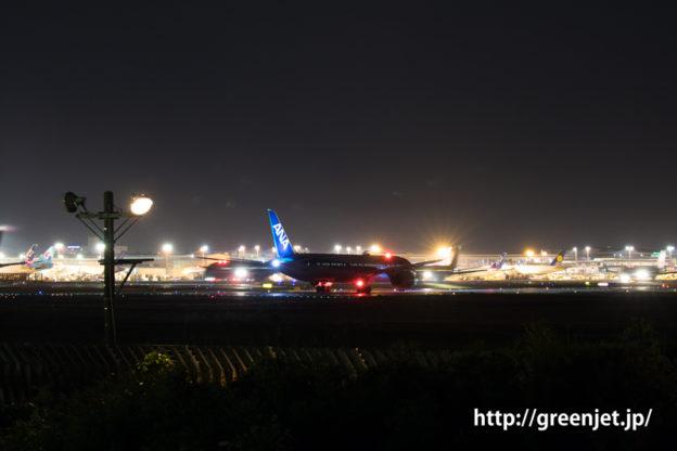 成田空港の夜、離陸前のANA ボーイング787