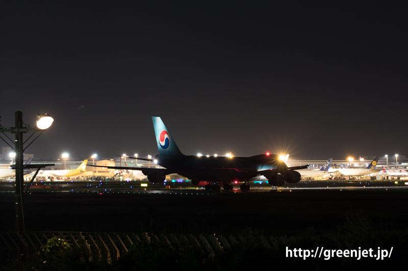 成田空港の夜、離陸前のkorean aircargo ボーイング747