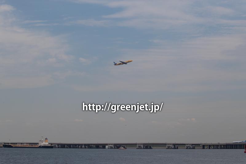 羽田空港のRWY16LからテイクオフするANAのスターウォーズジェット/C-3PO ボーイング777(トリプルセブン)