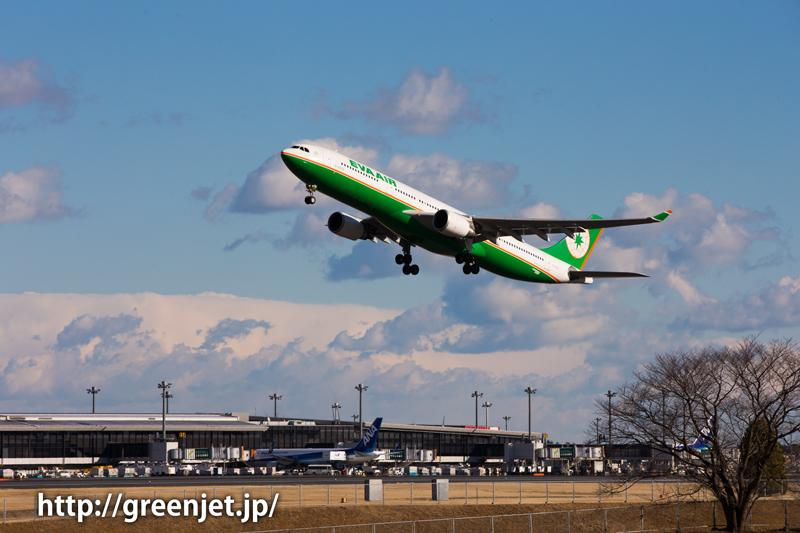 成田空港RWY34Lからテイクオフするエバー航空 エアバス A330-302