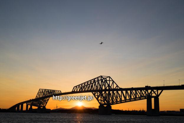 東京ゲートブリッジと夕焼けと飛行機