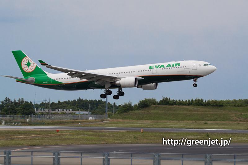 成田空港RWY16Lへランディングするエバー航空 エアバス A330-302