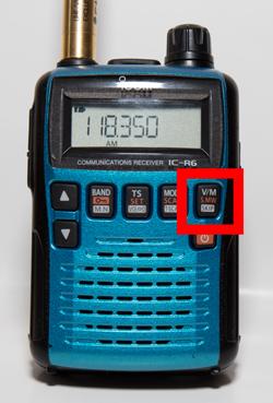 アイコムIC-R6 「V/M」を押しVFOモードにします。液晶の右端(チャンネル表示部)に何も表示が無い状態がVFOモードです。