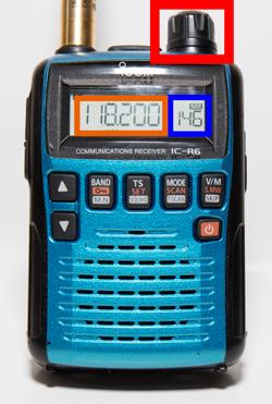 ④4M3A1857 「DIAL」を右のメモリー表示(青色で囲んだ箇所)が大きくなる方へ回してください。