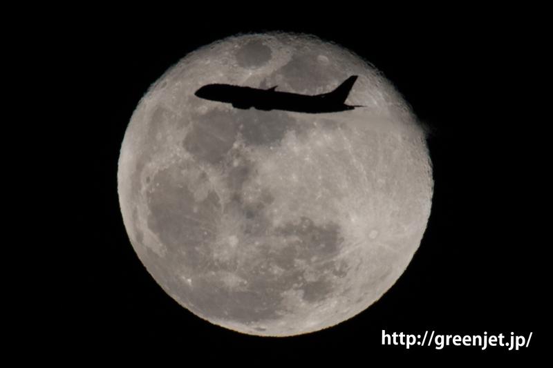 新木場で撮った満月とボーイング787