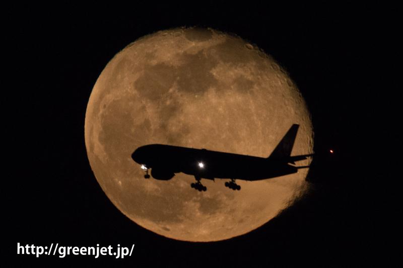東扇島で撮った満月とボーイング777