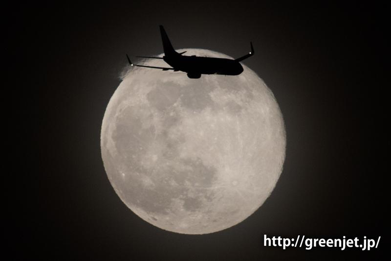 東扇島で撮った満月とボーイング737