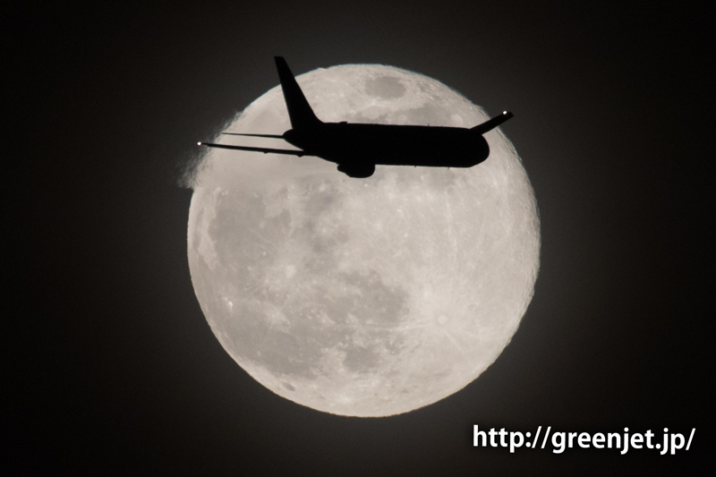 東扇島で撮った満月とボーイング767