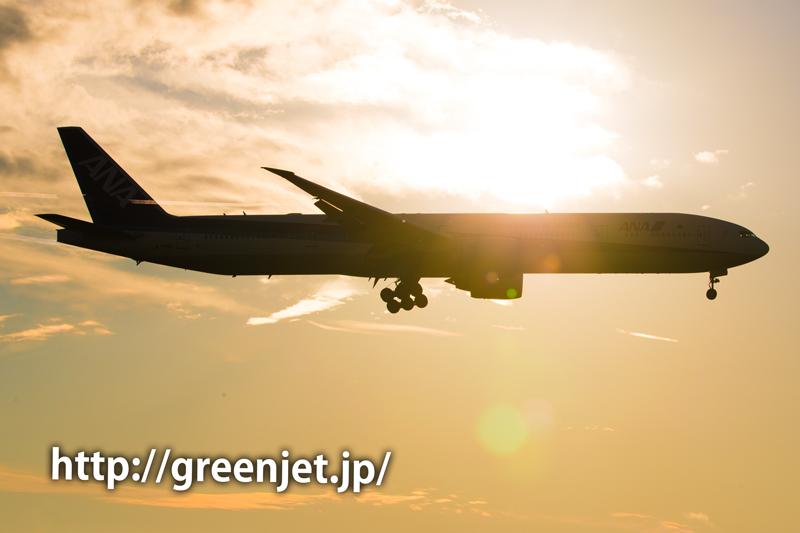 成田空港付近の夕陽とANAのボーイング777(トリプルセブン)