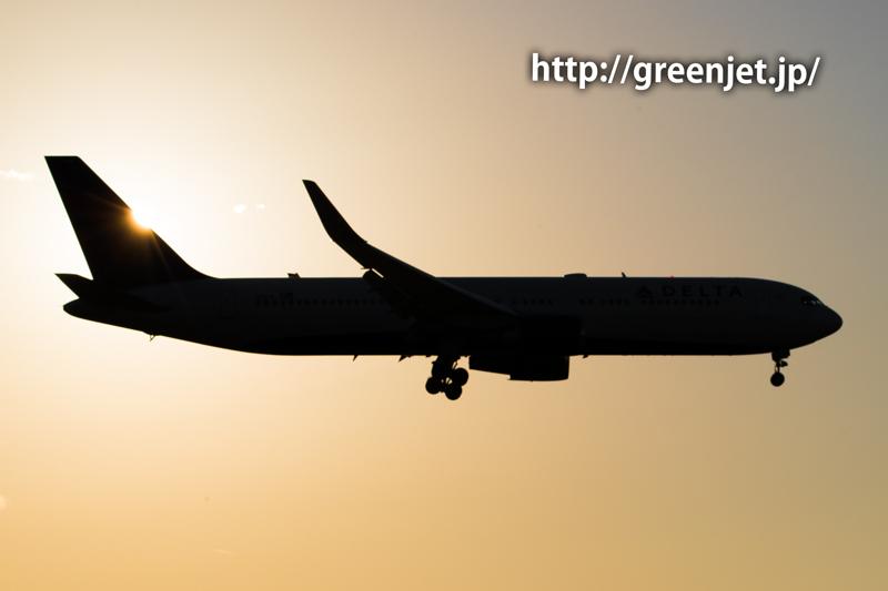 成田空港付近の夕陽とデルタ航空のボーイング767-332/ER
