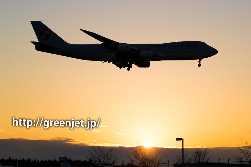 成田空港付近の夕陽とコリアンエアカーゴのボーイング747