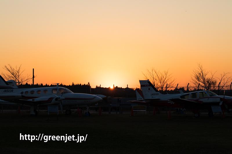 航空科学博物館玄関前にて夕陽と屋外展示の飛行機
