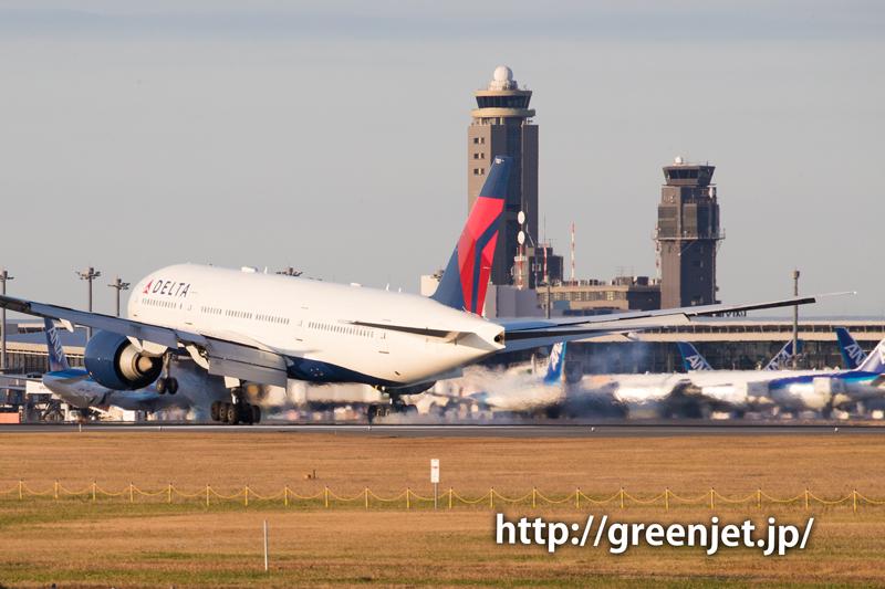 成田空港の管制塔とデルタ航空のボーイング777