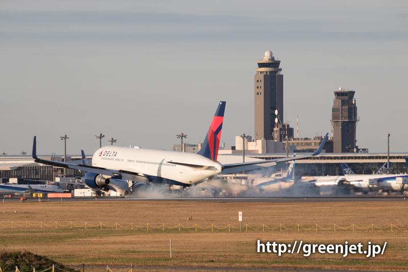 成田空港の管制塔とデルタ航空のボーイング767