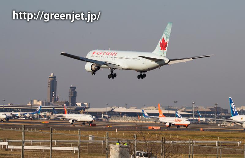 成田空港の管制塔とエアカナダのボーイング787