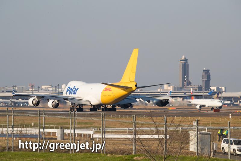 成田空港の管制塔とポーラーカーゴのボーイング747