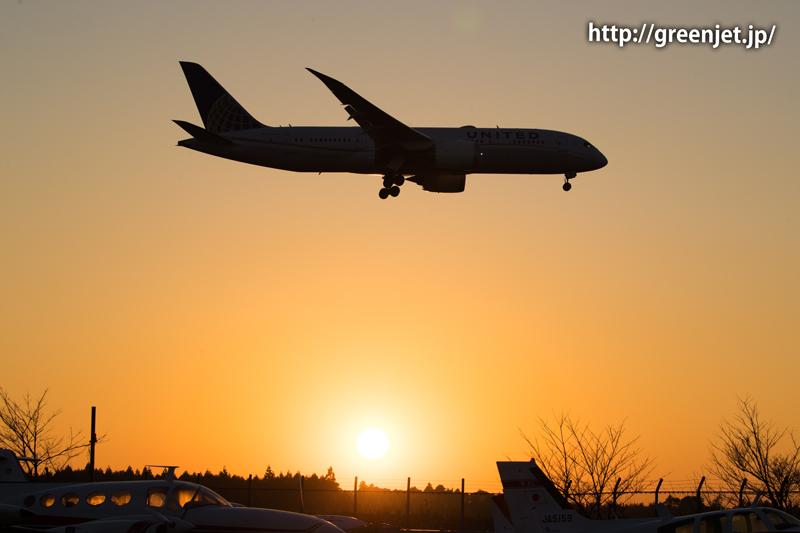 成田空港付近の夕陽とユナイテッド航空のボーイング787