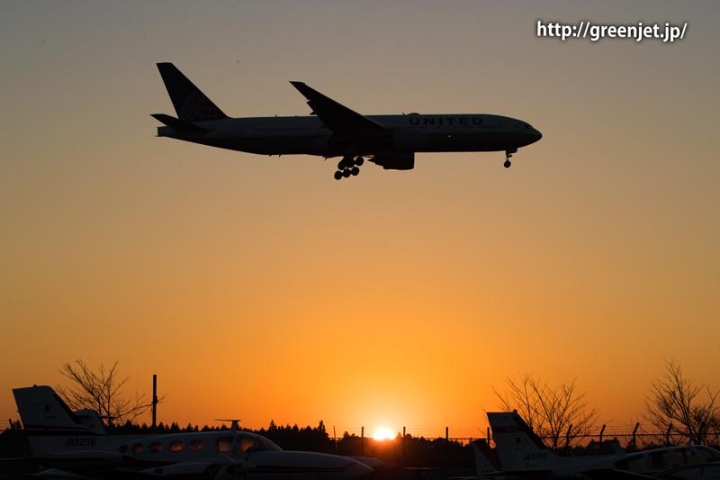 成田空港付近の夕陽とユナイテッド航空のボーイング777
