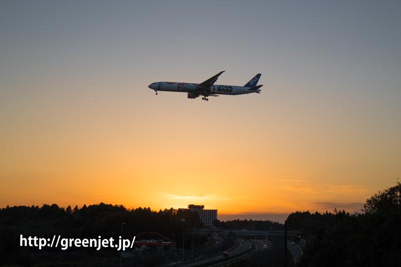 成田空港にて夕焼けとANAスターウォーズJET/BB-8