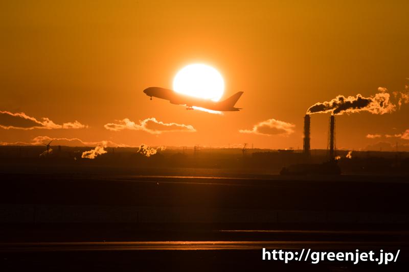 羽田空港にて朝焼けの空と離陸する飛行機