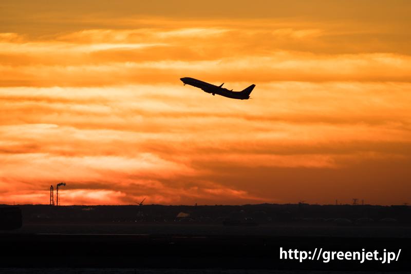 早朝の羽田空港の朝焼けと飛行機