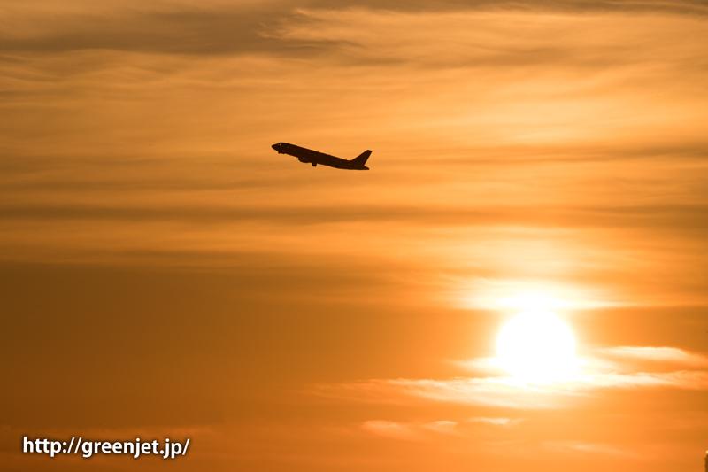 早朝の羽田空港の朝焼けとエアバスA320