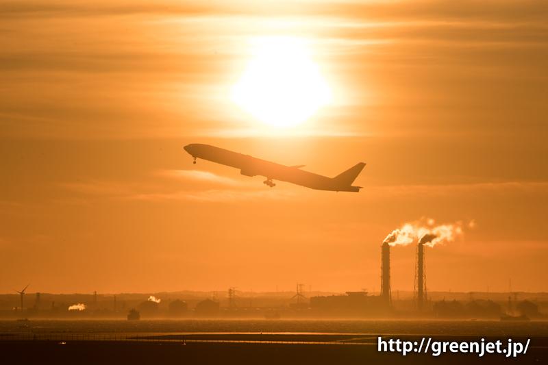 早朝の羽田空港の朝焼けとボーイング777