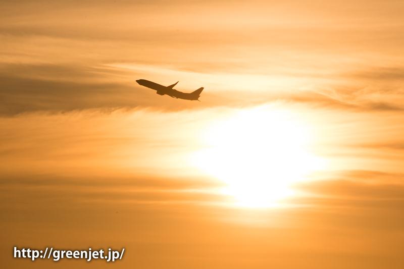 早朝の羽田空港の朝焼けとボーイング737
