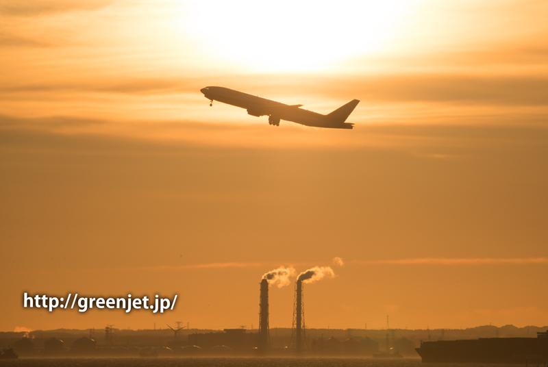 早朝の羽田空港の朝焼けとANAのボーイング777