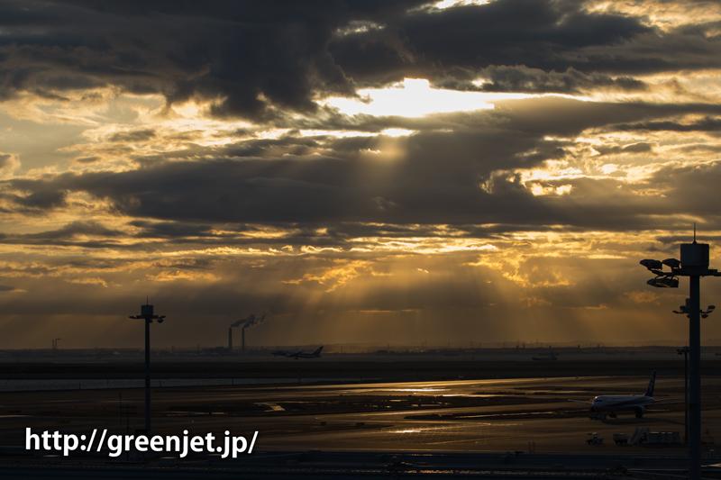羽田の朝の光の光芒