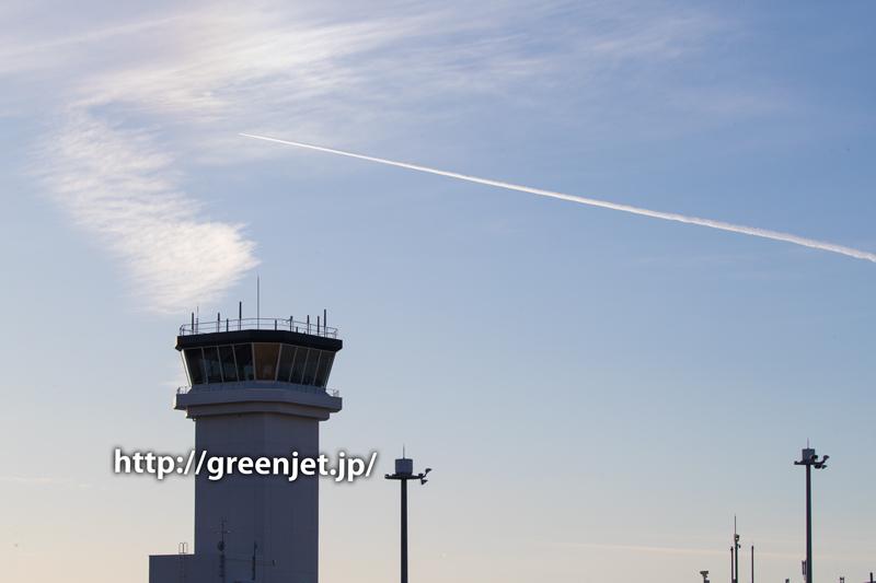 富士山静岡空港の管制塔とコントレール