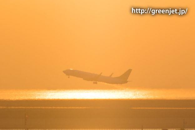 朝焼けの空と羽田空港から離陸する飛行機!@ソラシドのB737