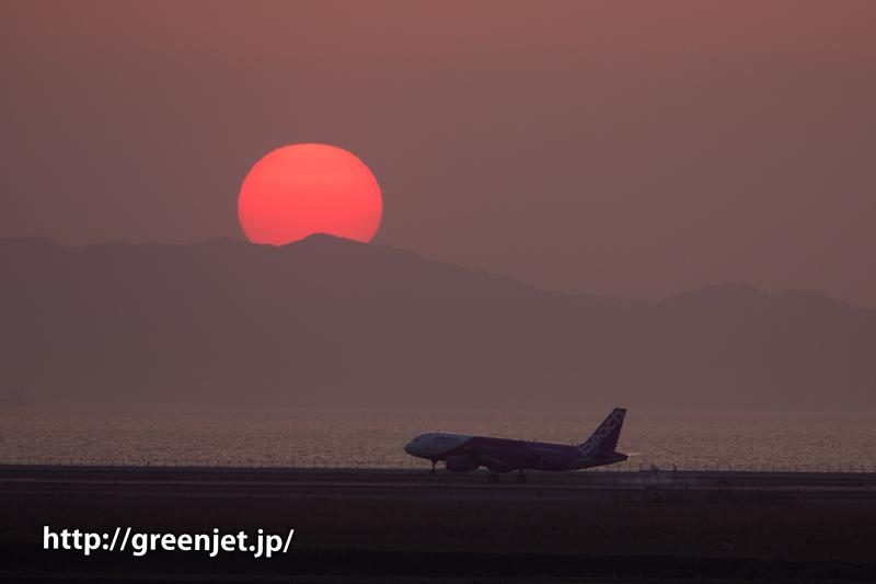 関空の夕陽と飛行機