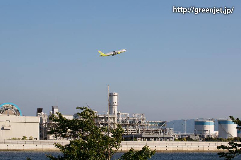 第二ターミナル側から撮る関空のA滑走路を飛び立つ飛行機
