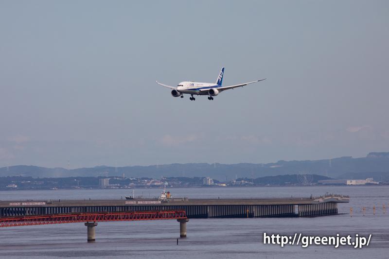 羽田の国際ターミナル駐車場より~RWY34LへファイナルアプローチするANAのB787