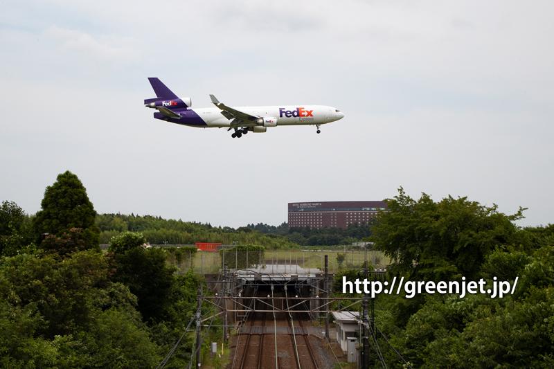 京成線の線路とFedEx MD-11