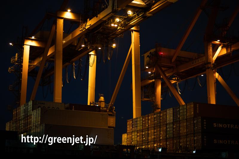 羽田空港沖のクルーズ船ツアーの帰りに撮ったコンテナ船の夜景