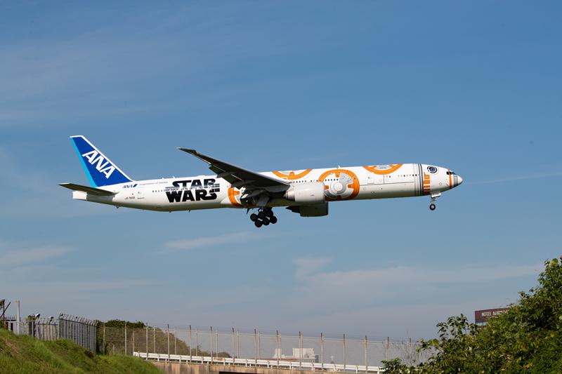 さくらの山展望広場の向こうから飛び出すスターウォーズジェット~C-3PO