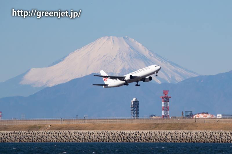 富士山と飛行機のショットは美しい~羽田 JALのB767