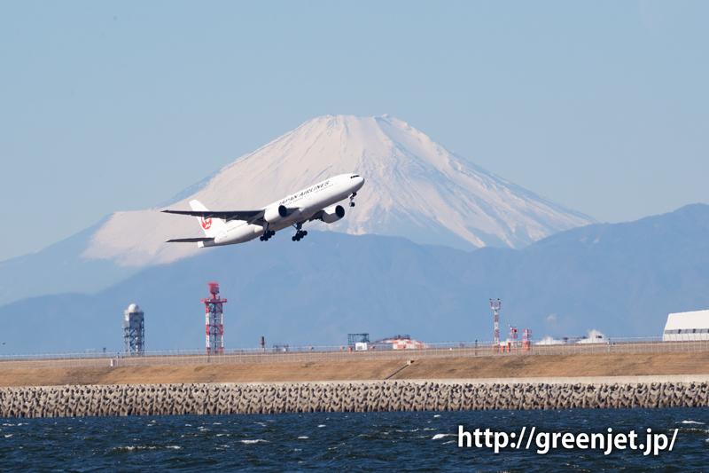 富士山と飛行機のショットは美しい~羽田 JALのB777