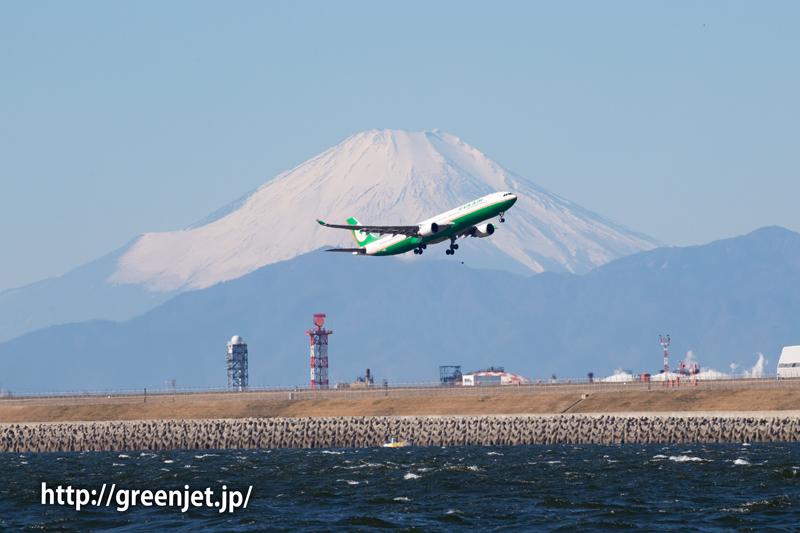 グリーンハーフカラーの飛行機と富士山
