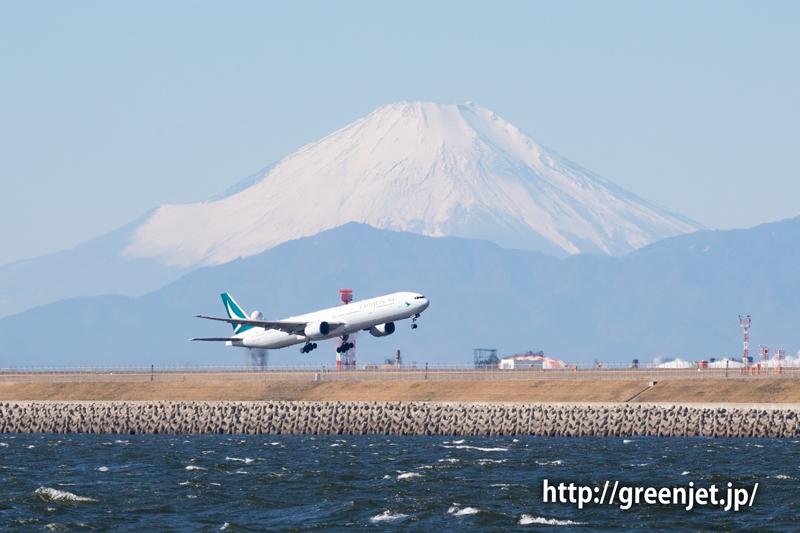 キャセイパシフィックのB777が富士山前を通過する!