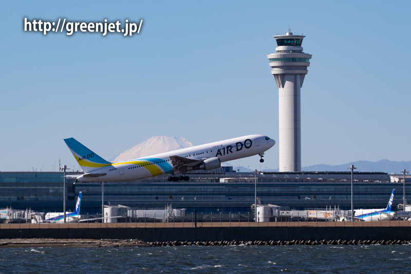 羽田の管制塔と飛行機、そして富士山